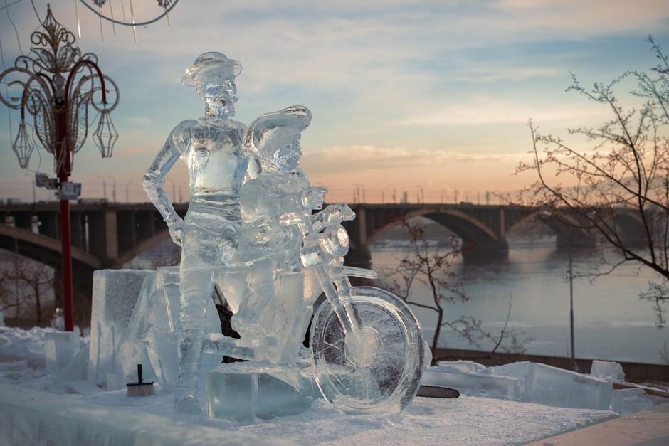 Sculpture de glace près du pont