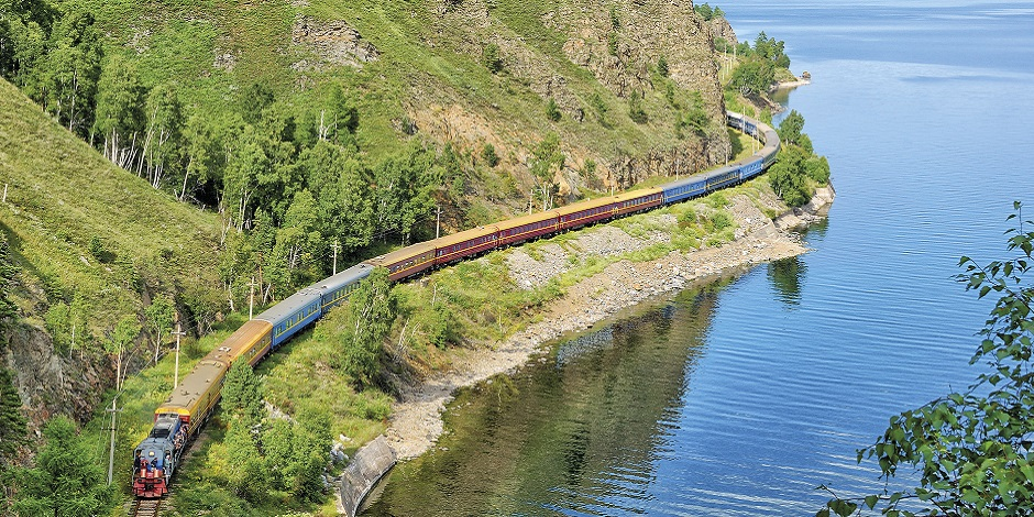 Le train en marche le long du Lac
